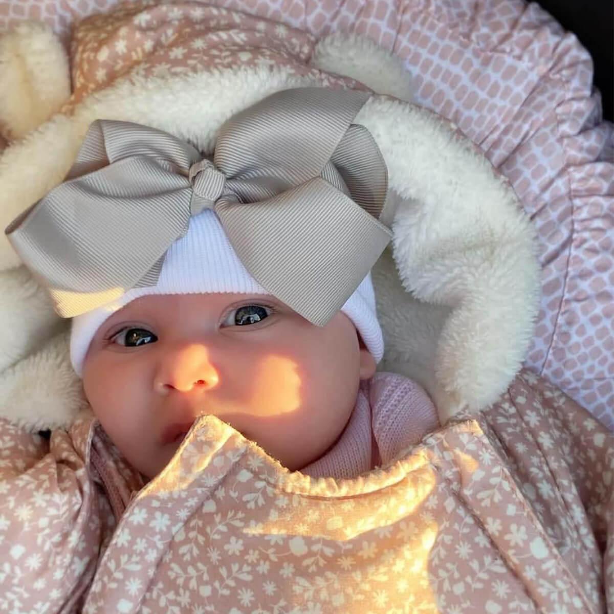 Babymütze weiß mit grauer Schleife extra warm