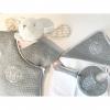 Klassisch-Schickes Set grau: Bademantel, Waschlappen & Lätzchen