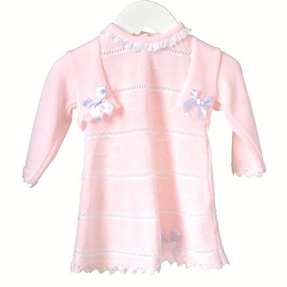 Gestricktes Rosa mit weißem Kleid und passender Strickjacke