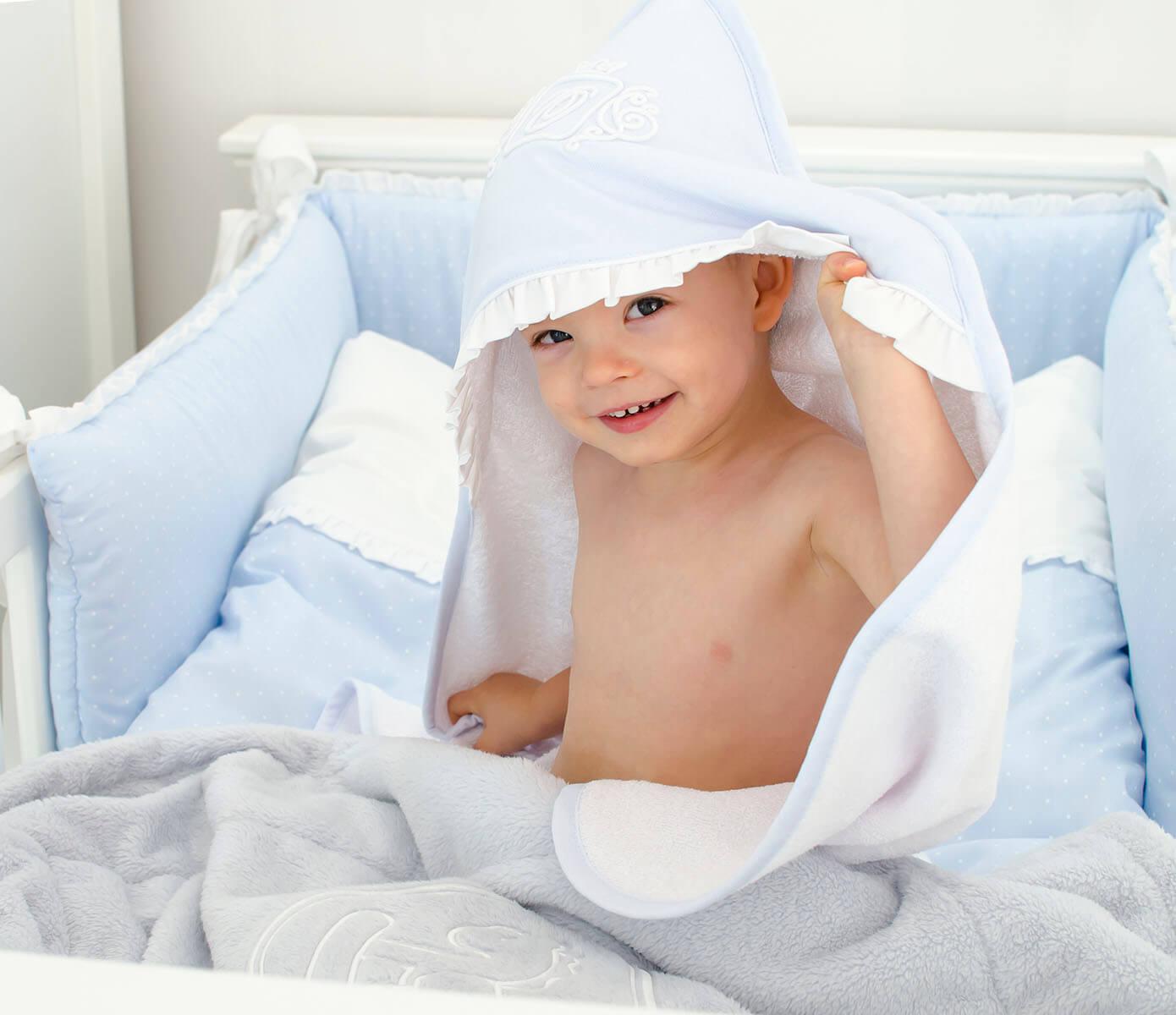 Blaues königliches Monogramm-Baby-Badekap