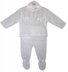 Gestrickter Babyanzug mit weißen Bögen