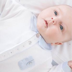 Babyanzug mit blauen Details