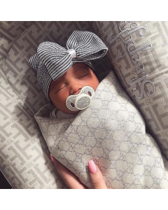 Babymütze mit Schleifen schwarzweiß gestreift