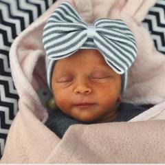 Babymütze mit Schleifen grauweiß gestreift