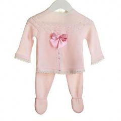 Hellrosa gestrickter Babyanzug mit Satinschleife