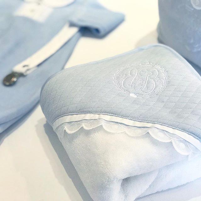 Klassisch-Schickes Set babyblau: Bademantel, Waschlappen & Lätzchen