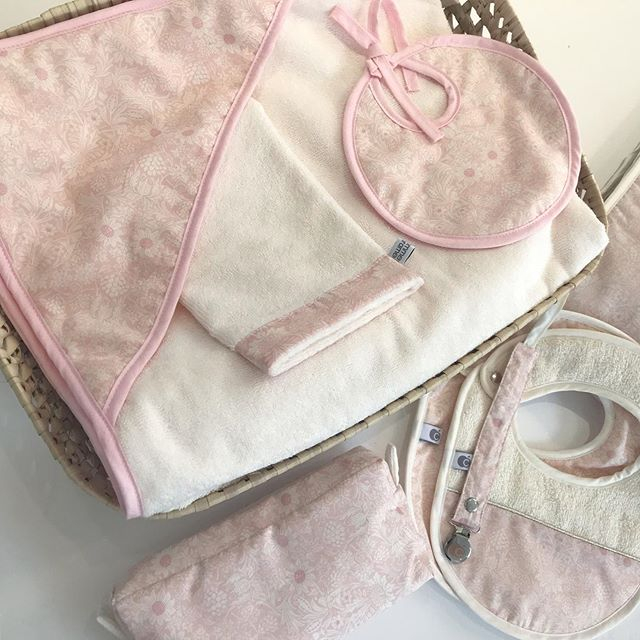 Schickes Blumen-Set pink: Badekappe, Waschlappen & Lätzchen